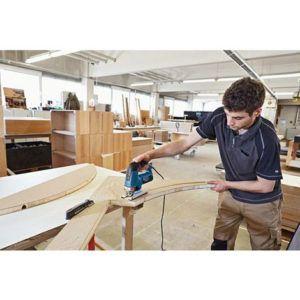 carpintero cortando con sierra de calar