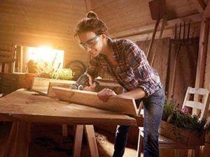 chica serrando madera con easycut 12 nanoblade