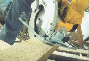 sierra circular cortando madera