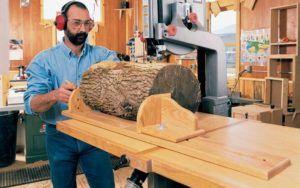 cortando un tronco con una sierra de cinta