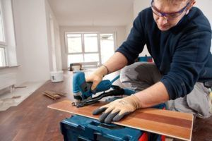 hombre cortando madera con sierra bosch GTS 90 E