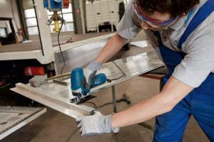 hombre cortando plastico con ierra de calar Bosch profesional GST 90 E