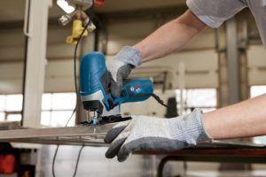 hombre cortando con Sierra de calar Bosch profesional GST 90 E