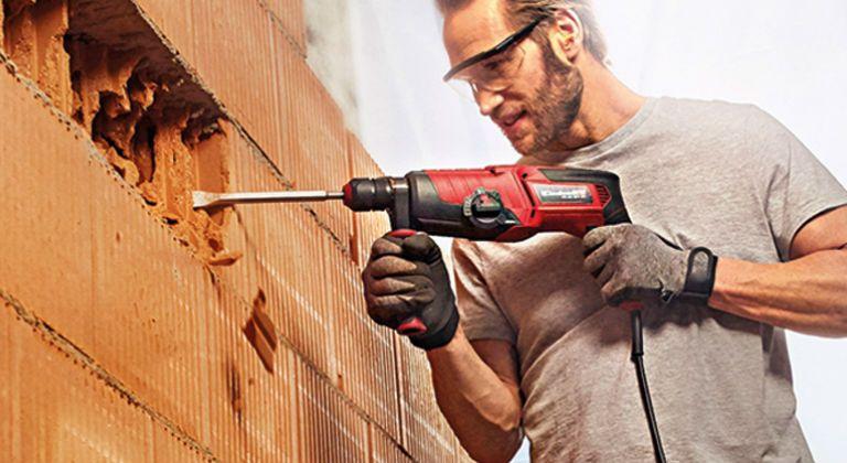 operario taladrando una pared